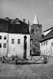Pręgierz na Małym, Rynku, w tle Baszta Bramy Kłodzkiej, fot. Tadeusz Scelina (ok. 1950 r.)
